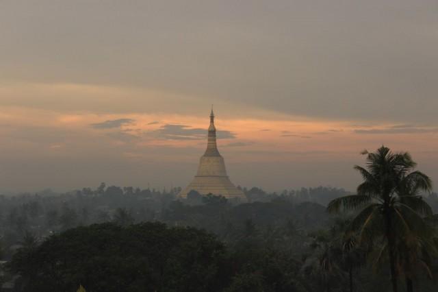 Bago: vue de la sunset Pagoda, un jour de pluie