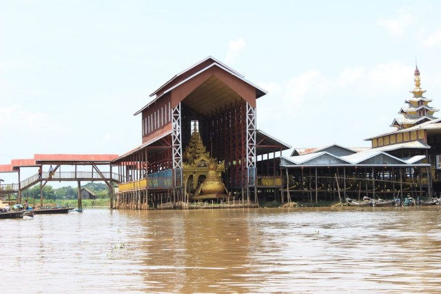 barge royale transportant les bouddhas
