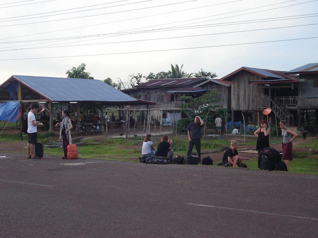 attente à Ban Nakassang, sur le bord de la route