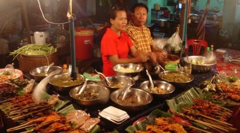 Au marché du soir à Paksé