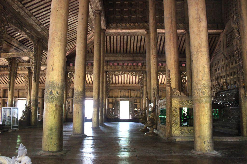 Mandalay, golden palace monastery