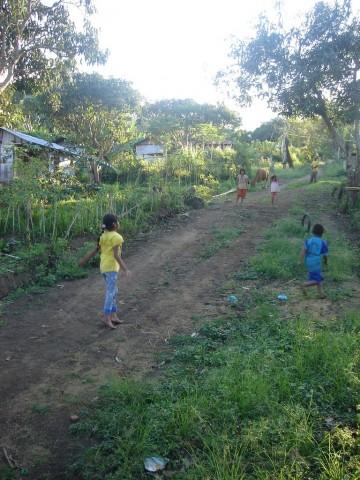 enfants jouant dans un village